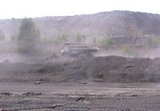 Bergbaukamaz arbeitet in einem Steinsteinbruch produziert Kohle durch den Staub lizenzfreies stockfoto