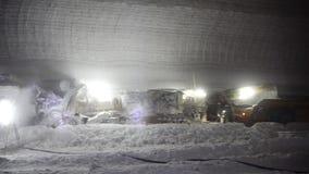 Bergbausalz im Bergwerk an der großen Tiefe unter Verwendung eines Mähdreschers stock footage