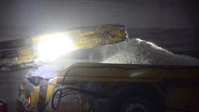 Bergbausalz im Bergwerk an der großen Tiefe unter Verwendung eines Mähdreschers stock video footage