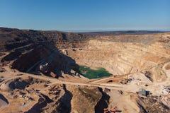 Bergbausteinbruch, Vogelperspektive Industrielle Industrieproduktion und Transport von Mineralien, von Erz und von Kies stockbild