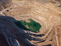 Bergbausteinbruch, Vogelperspektive Industrielle Industrieproduktion und Transport von Mineralien, von Erz und von Kies stockbilder
