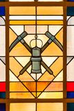 Bergbausymbolbuntglasfenster stockfotografie
