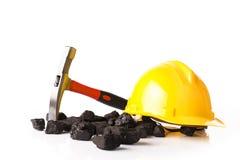 Bergbauwerkzeuge mit Schutzhelm Stockfotos