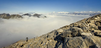 Bergbeklimmer die de bovenkant bereikt Stock Afbeelding
