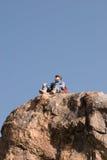 Bergbeklimmer die rond kijken stock foto's