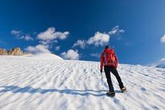 Bergbeklimmer die zich op een gletsjer bevindt Stock Foto