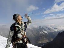 Bergbeklimmer na beklimming stock fotografie