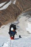 Bergbeklimmers die door de kabel naar boven gaan Royalty-vrije Stock Afbeeldingen