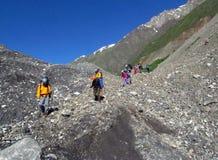 Bergbeklimmers op de bergrotsen stock afbeeldingen