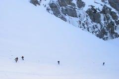 Bergbeklimmers op sneeuwberg stock foto