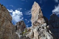 Bergbeklimming in Cinque Torri Dolomites royalty-vrije stock fotografie
