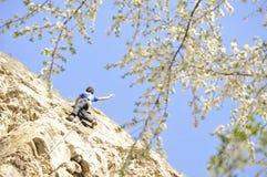 Bergbeklimming in de lente Royalty-vrije Stock Afbeeldingen