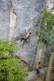Bergbeklimming op natuurlijk terrein Stock Afbeelding
