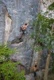 Bergbeklimming op natuurlijk terrein Stock Afbeeldingen