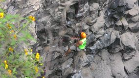 Bergbeklimmingsconcurrentie in Banos DE Agua Santa Ecuador stock video