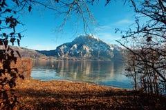 Bergbezinning in het water met hemel Royalty-vrije Stock Foto