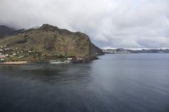 Bergbezinning in oceaan in Madera Royalty-vrije Stock Afbeelding