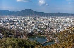 Bergblick über der Stadt Stockfoto