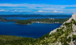 Bergblick auf den adriatischen Inseln lizenzfreie stockbilder
