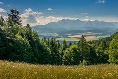Bergblick, Bergpanorama, Gebirgsfluss, Reise zu den Bergen stockfoto