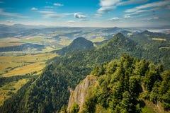 Bergblick, Bergpanorama, Gebirgsfluss, Reise zu den Bergen lizenzfreies stockbild