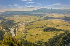 Bergblick, Bergpanorama, Gebirgsfluss, Reise zu den Bergen stockfotografie