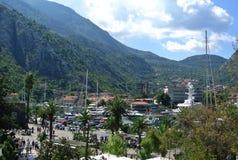 Bergblick der Stadt von Kotor in Montenegro an einem sonnigen Sommertag Sehr besichtigter Platz durch Touristen Lizenzfreie Stockfotos