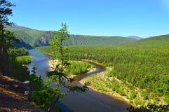Bergblick des Gebirgsflusses Sommerlandschaft der wilden Natur Ost-Sibirien, Russland Lizenzfreie Stockbilder