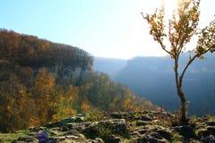 Bergblick im nächsten Dorf stockbild