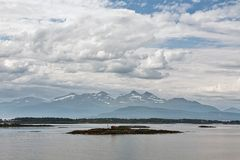 Bergblick mit einigen Inseln im Fjord in Molde, Norwegen Stockbilder