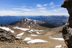 Bergblick mit Felsen und Schnee Stockfotografie
