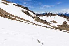 Bergblick mit Felsen und Schnee Stockfotos