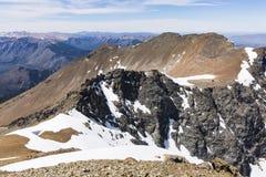 Bergblick mit Felsen und Schnee Stockbilder
