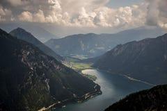 Bergblick Seekarspitze auf dem See Achen in Österreich stockfoto