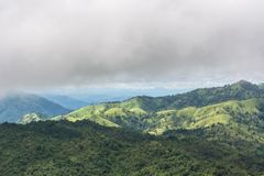 Bergblick und bewölktes des Nebels lizenzfreies stockfoto