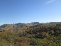Bergblick und blauer Himmel lizenzfreies stockbild