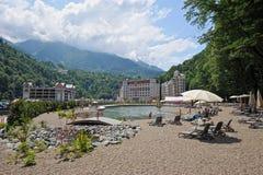 Bergblick und moderne Hotels im Erholungsort von Rosa Khutor Stockfotos