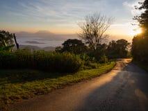Bergblick und Straße am Sonnenaufgangmoment lizenzfreie stockfotos