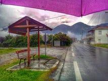 Bergblick unter Regenschirm lizenzfreies stockfoto