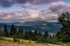 Bergblick unter Wolken lizenzfreie stockfotografie