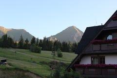 Bergblick vom Dorf Lizenzfreies Stockbild