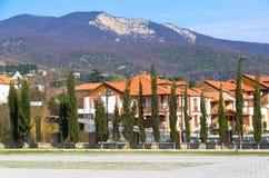 Bergblick vom Quadrat des kleinen Dorfs Mtskheta im Vorfrühling Bäume, Häuser, Berge Lizenzfreie Stockfotos