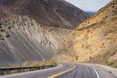 Bergblick von Argentinien mit Autofahrenstraße lizenzfreie stockfotos