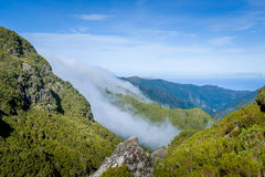 Bergblick von populärem fontains Madeiras 25 levada, das Weg wandert Stockfotos