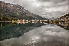 Bergblicke und Seereflexionen nahe St Moritz, die Schweiz Lizenzfreies Stockfoto