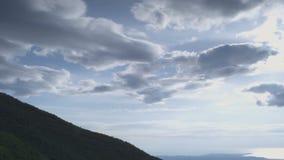 Bergbovenkant met bewolkte hemel stock video