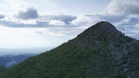 Bergbovenkant met bewolkte hemel stock videobeelden