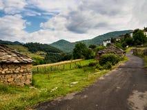 Bergby i Bulgarien Rhodope berg Royaltyfri Fotografi