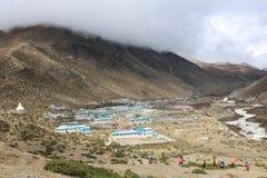 Bergby i Nepal fotografering för bildbyråer