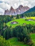 Bergby i Villnoss, Dolomites, Italien arkivbilder